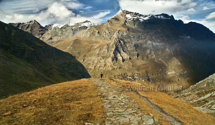 Vom Colle della Croce di Ferro, 2.558 m,  wieder hinunter zum Lago di Malciaussia - Foto: © Wolfram Mikuteit