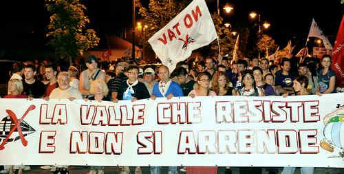 15.000 Teilnehmer auf einer spontan angesetzten Demonstration in Susa nach Räumung der Maddalena am 27. Juni 2011